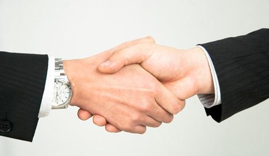 契約を交わすビジネスマン
