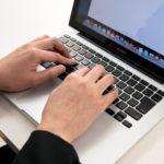 パソコンで好きなブログを読む人