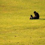 孤独にアフィリエイト作業をする男